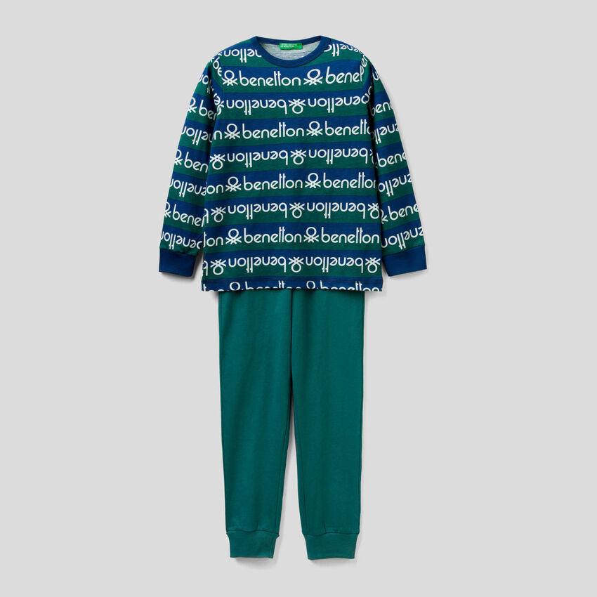 Pijama con camiseta de rayas y estampado de logotipo