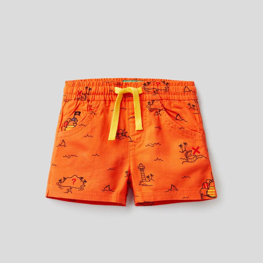 Pantalón corto con estampado de isla del tesoro