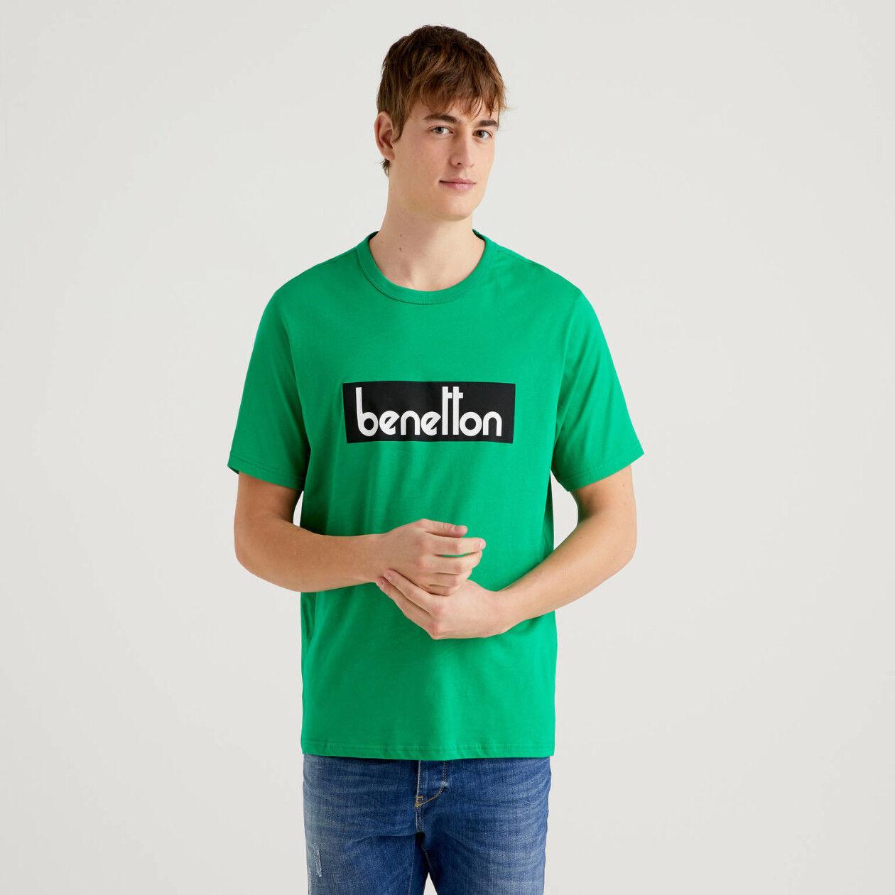 Camiseta verde con estampado de logotipo
