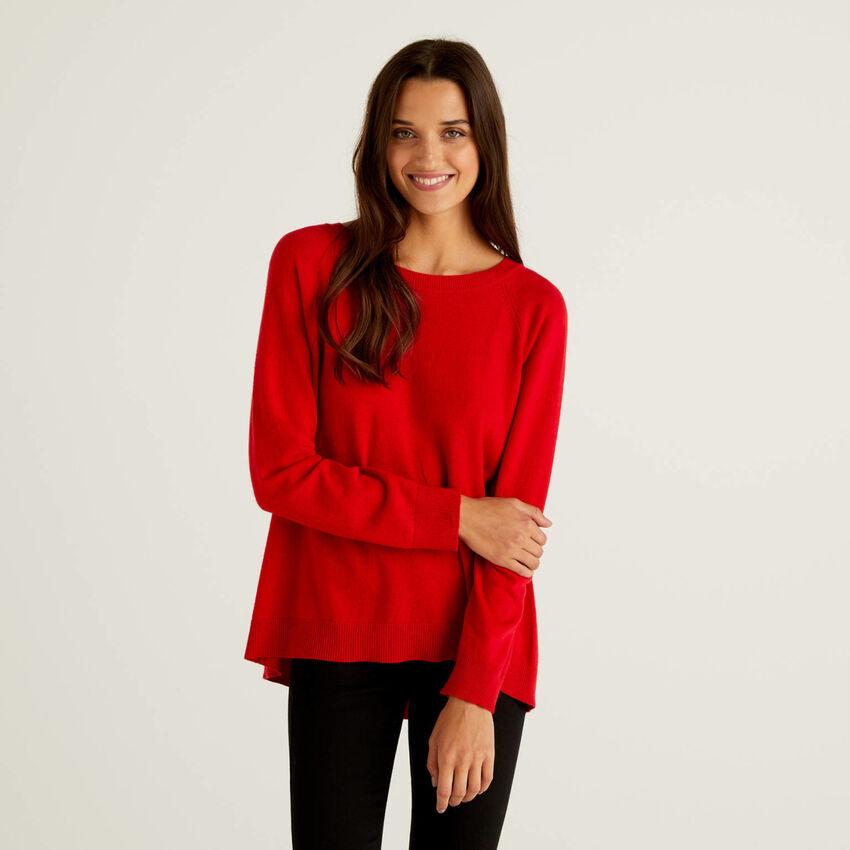 Jersey rojo con pliegue en la parte trasera