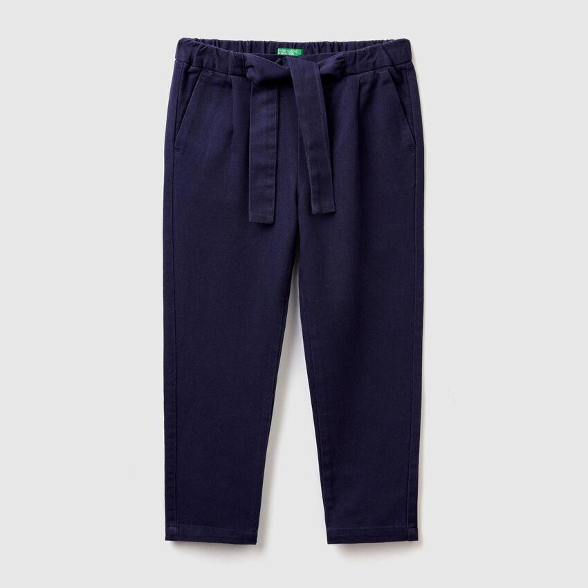 Pantalón holgado con cinturón