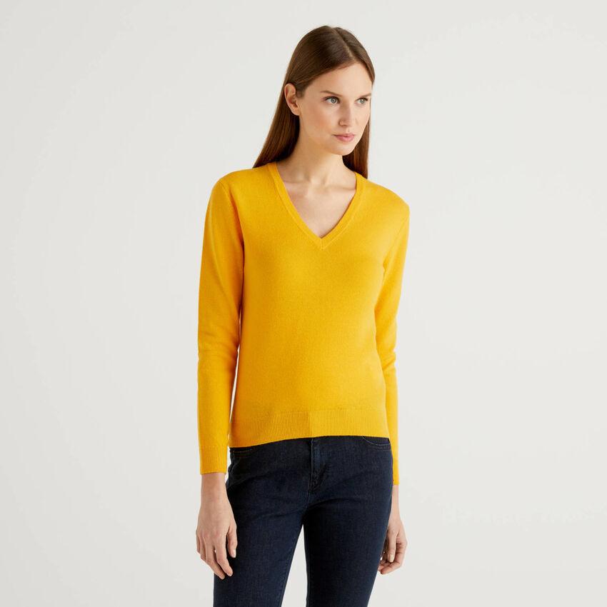 Jersey amarillo de pura lana virgen con escote de pico