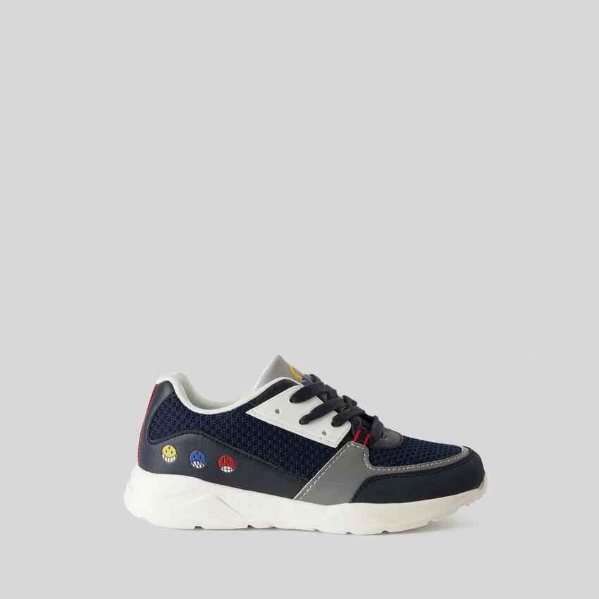 Sneakers con estampados y bordados