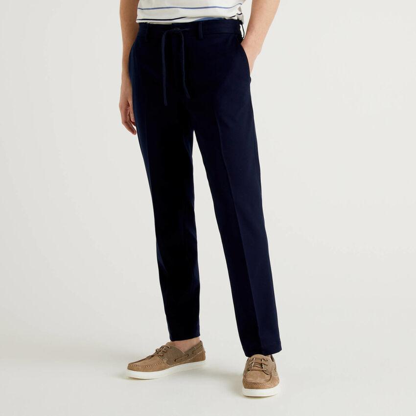 Pantalón regular fit con cordón de ajuste