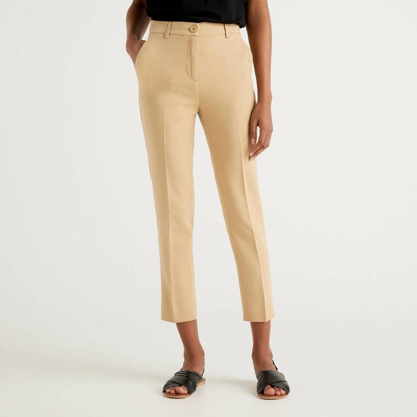 Pantalón básico con raya central
