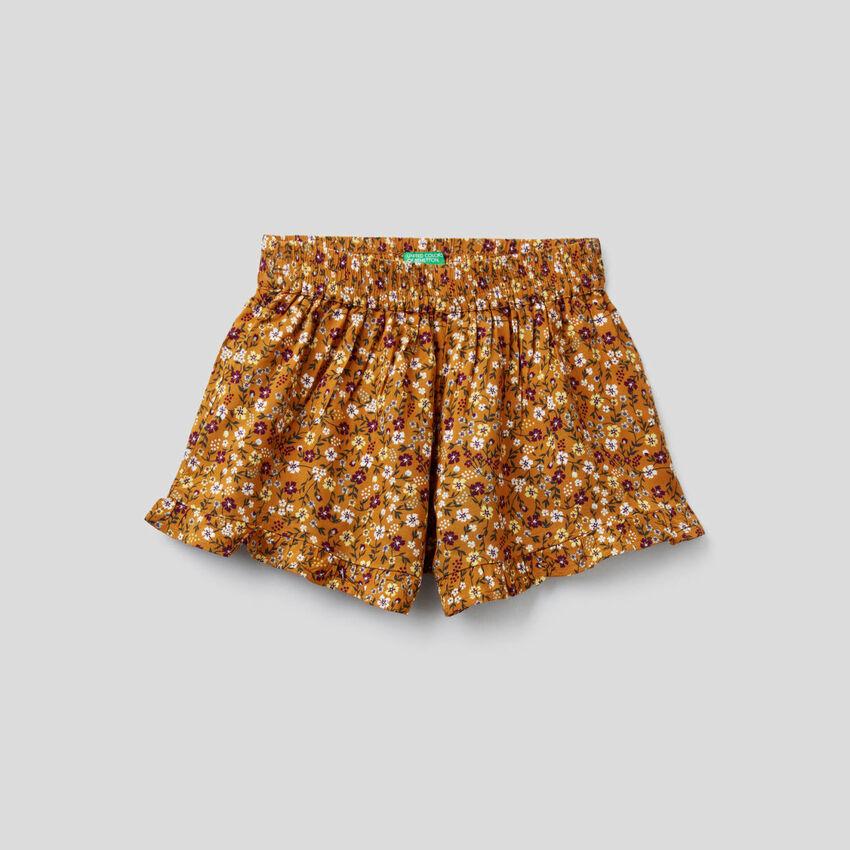 Pantalón corto fluido con estampado floral