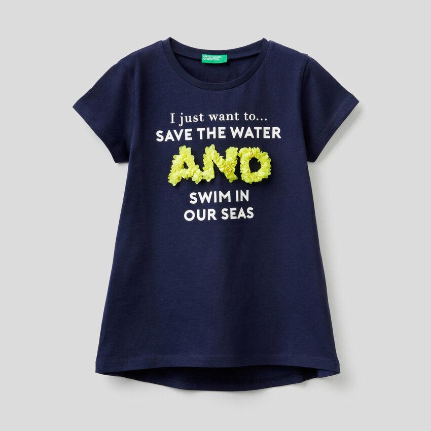 Camiseta con aplicación de pétalos