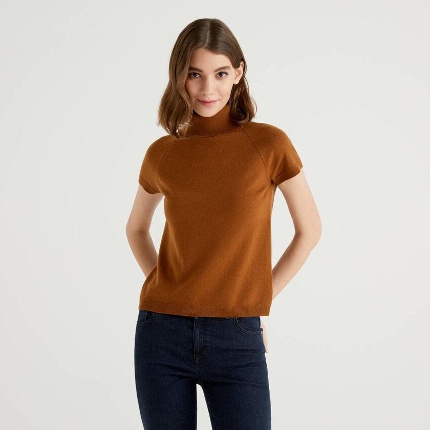 Jersey de cuello alto marrón de manga corta en mezcla de lana y cachemir