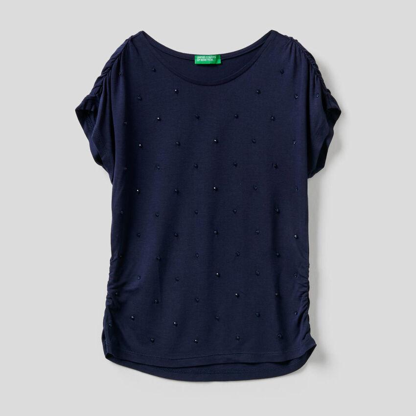 Camiseta con cuentas bordadas