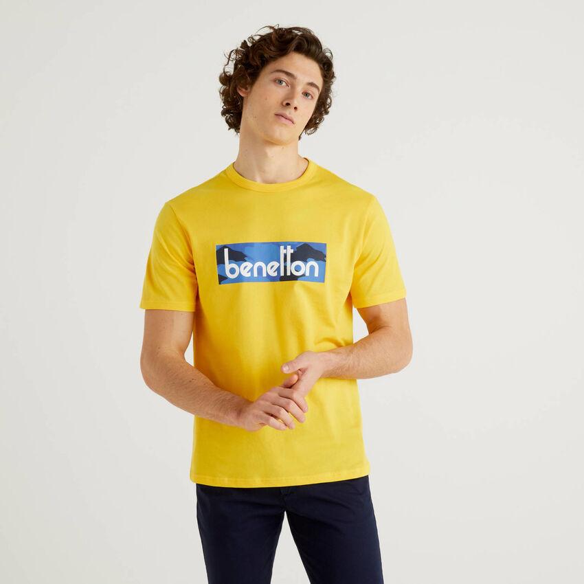 Camiseta amarilla con estampado de logotipo