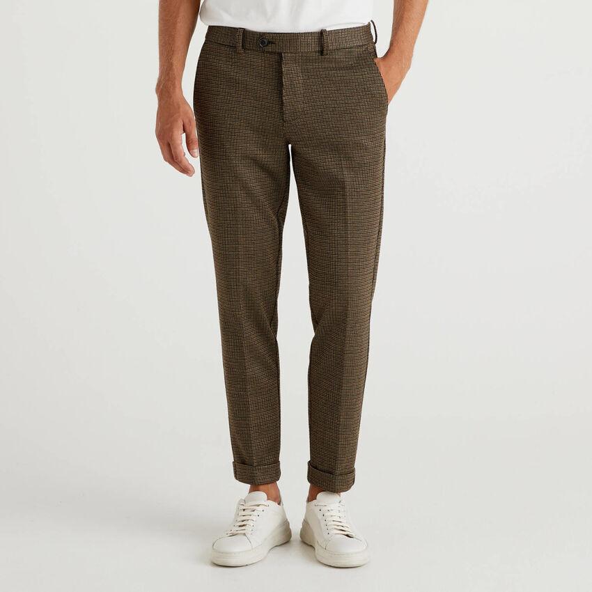 Pantalones chinos ceñidos con vuelta
