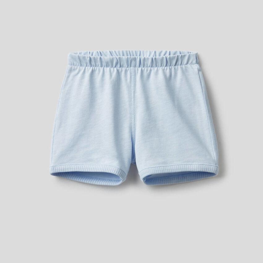Pantalón corto con maxiparche en la parte trasera