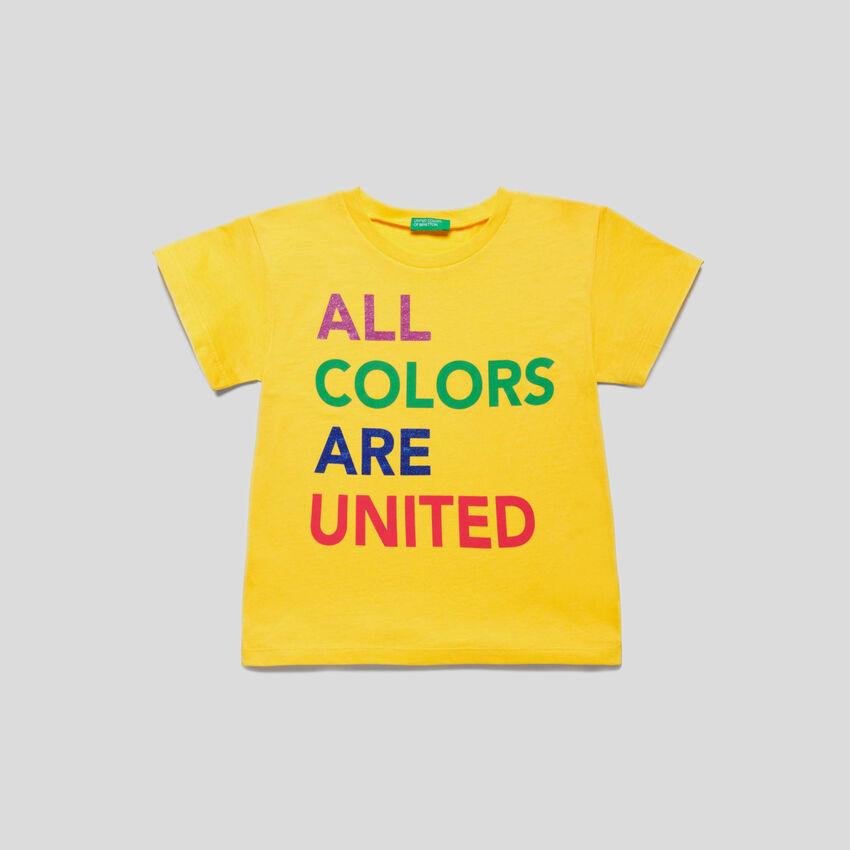 Camiseta con logotipo multicolor