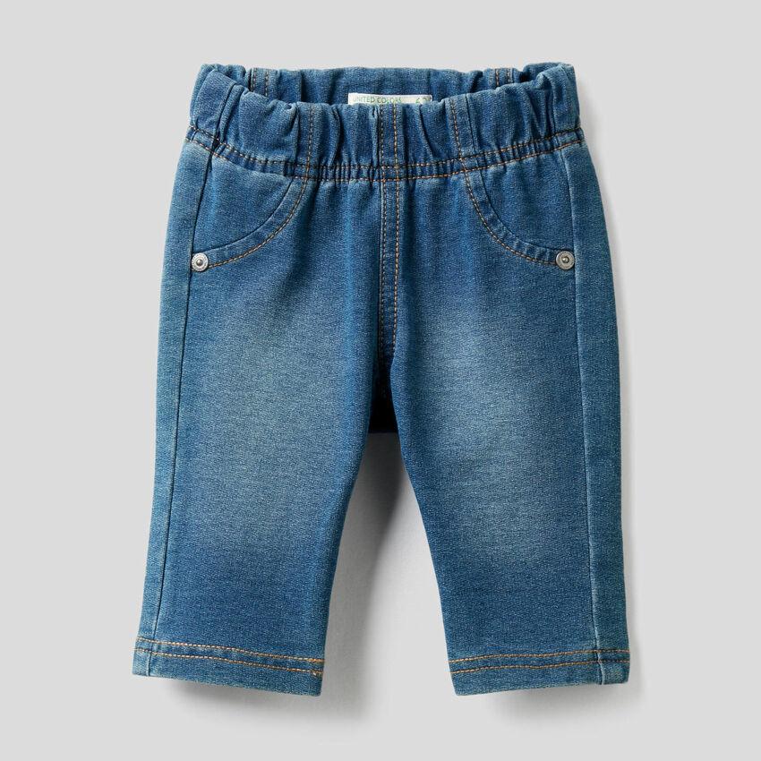Pantalón de efecto denim con estampado