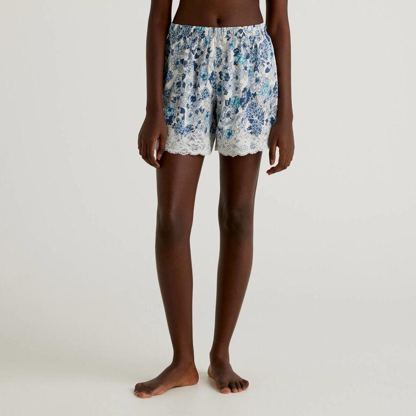 Pantalón corto floral con encaje elástico