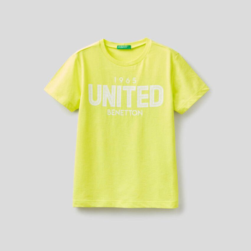 Camiseta flúor con logotipo estampado