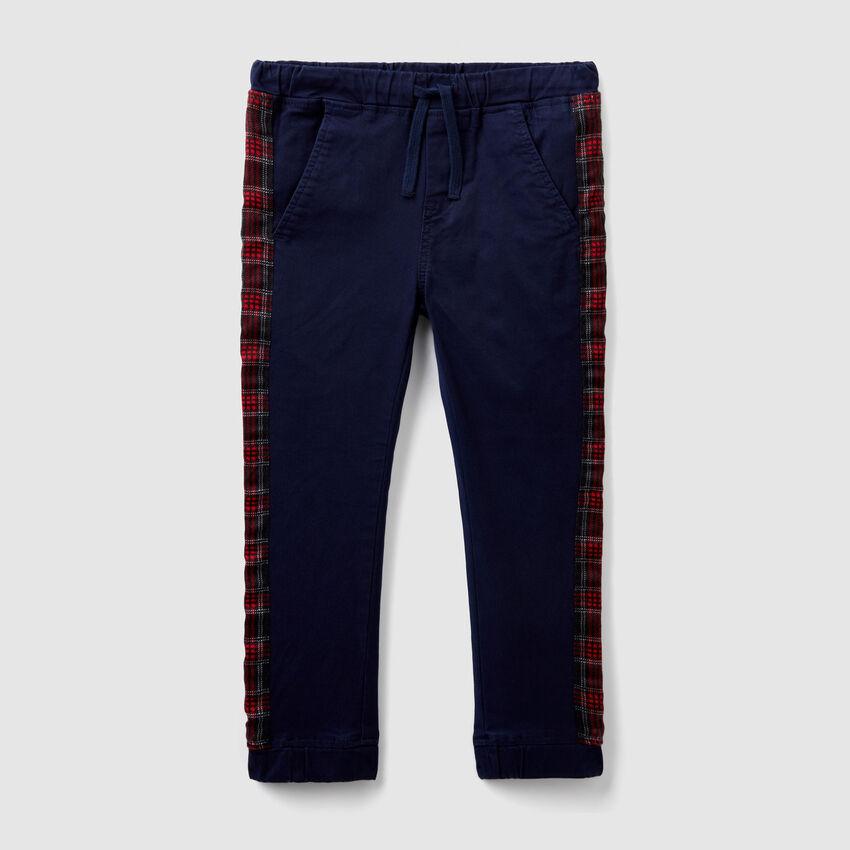 Pantalón con bandas estampadas