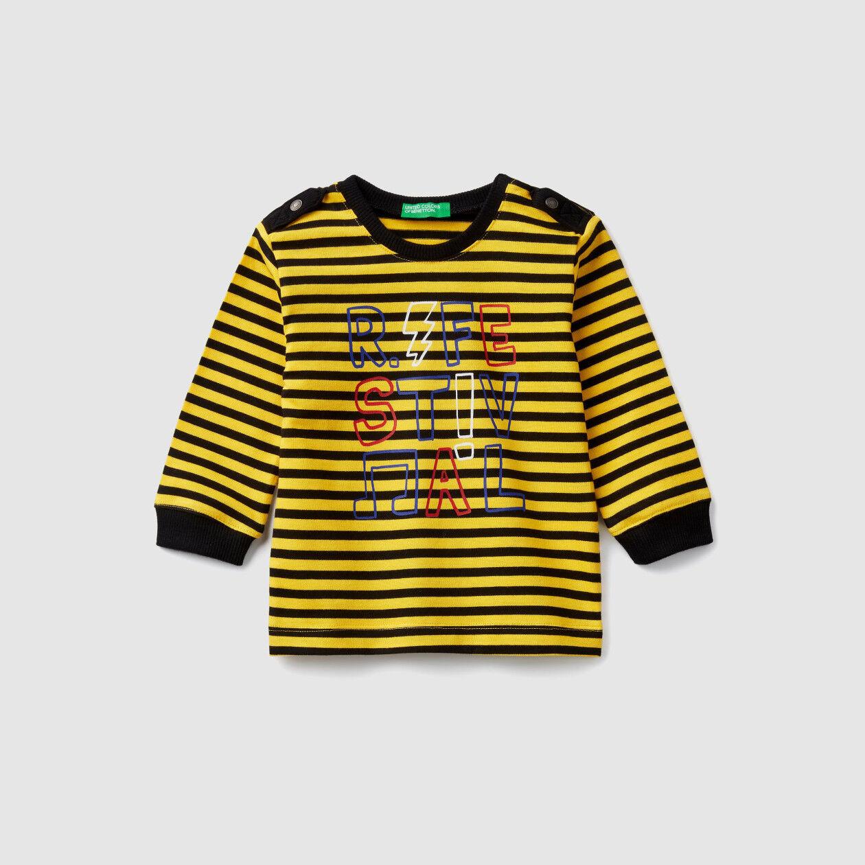 Camiseta de rayas con alamares