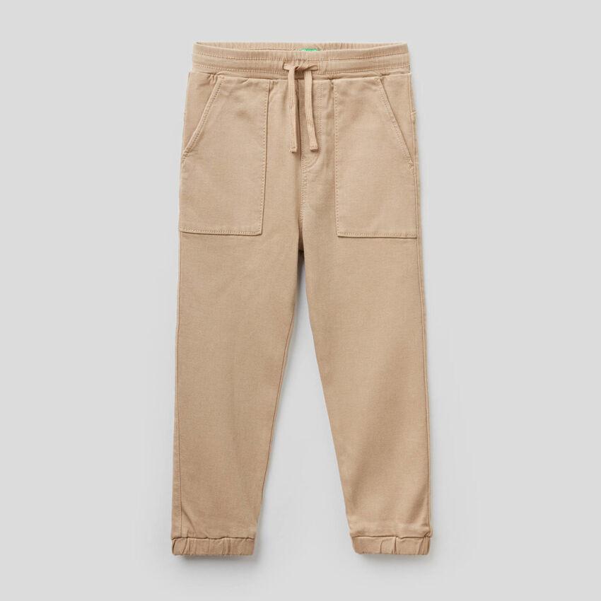 Pantalón con cordón de ajuste y maxibolsillos
