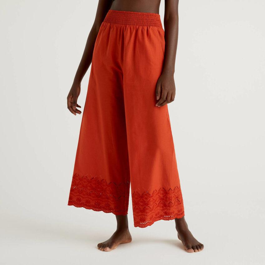 Pantalón con bordados