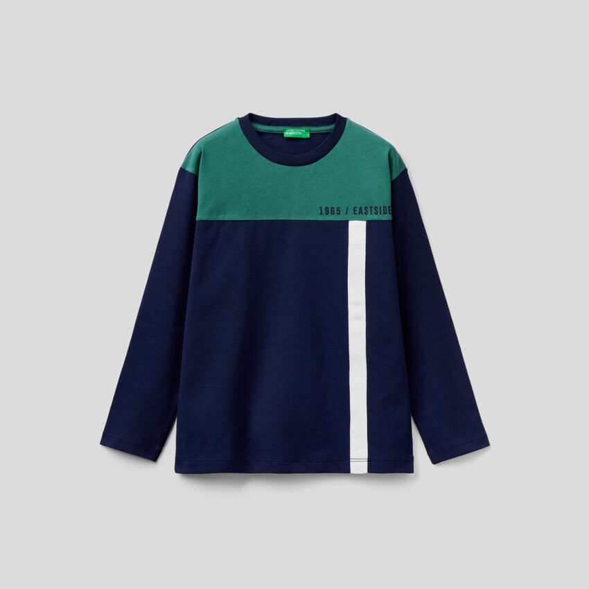 Camiseta azul oscuro color block