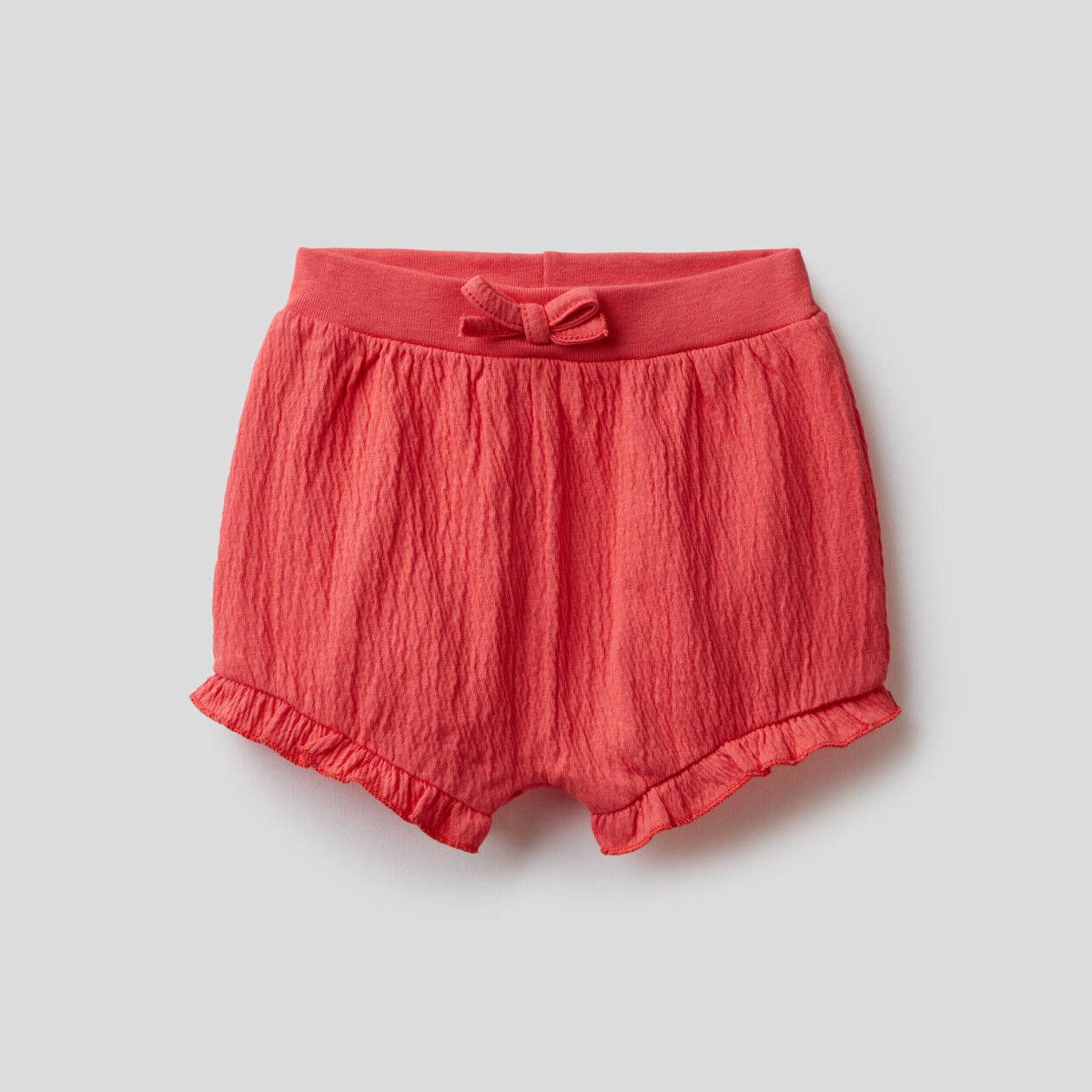 Pantalón corto con volante y bordado