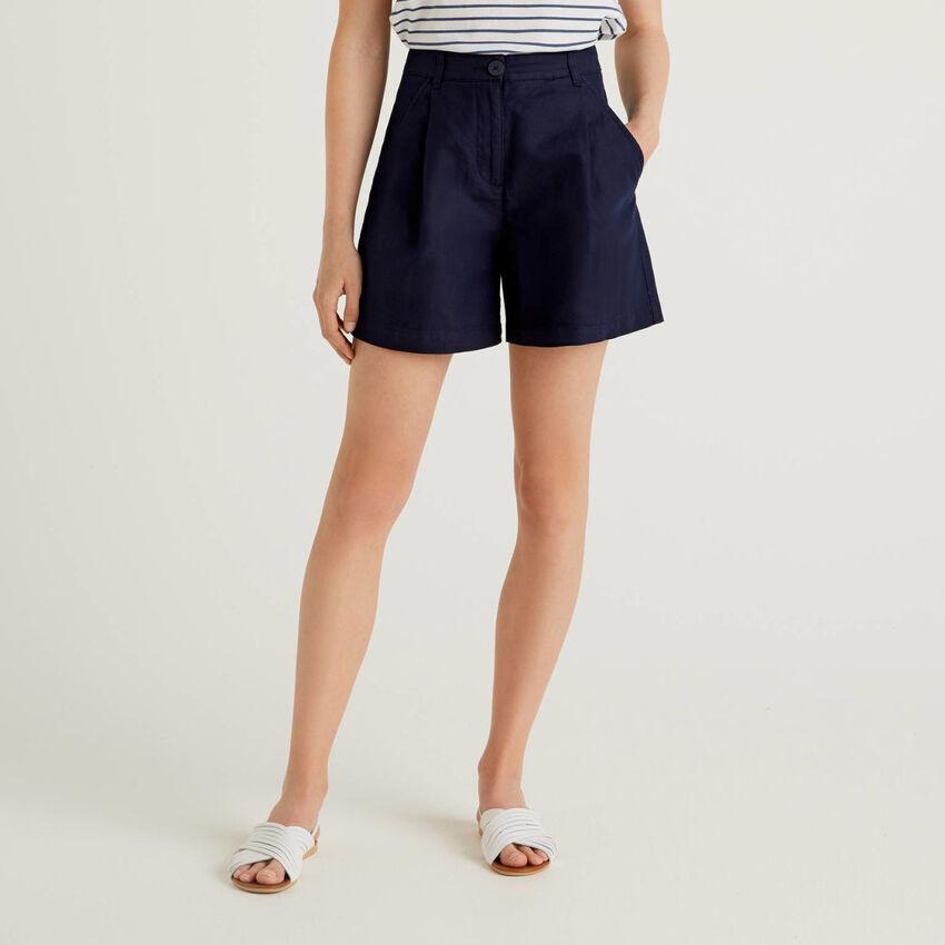 Pantalón corto con pernera amplia confeccionado en mezcla de lino