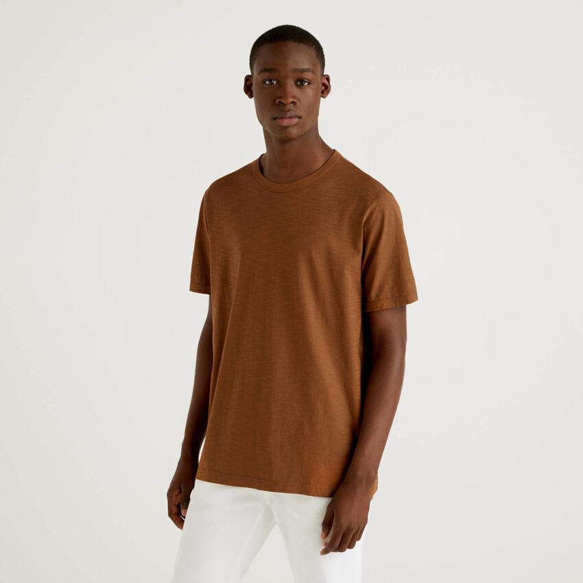 Camiseta marrón de 100% algodón con estampado