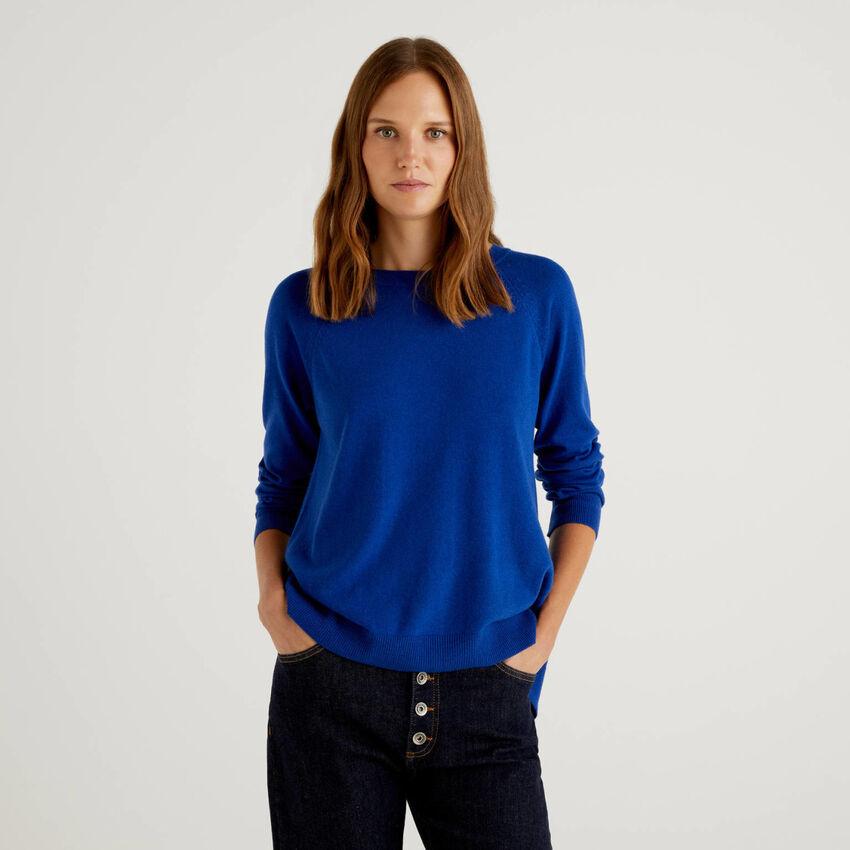 Jersey azul con pliegue en la parte trasera
